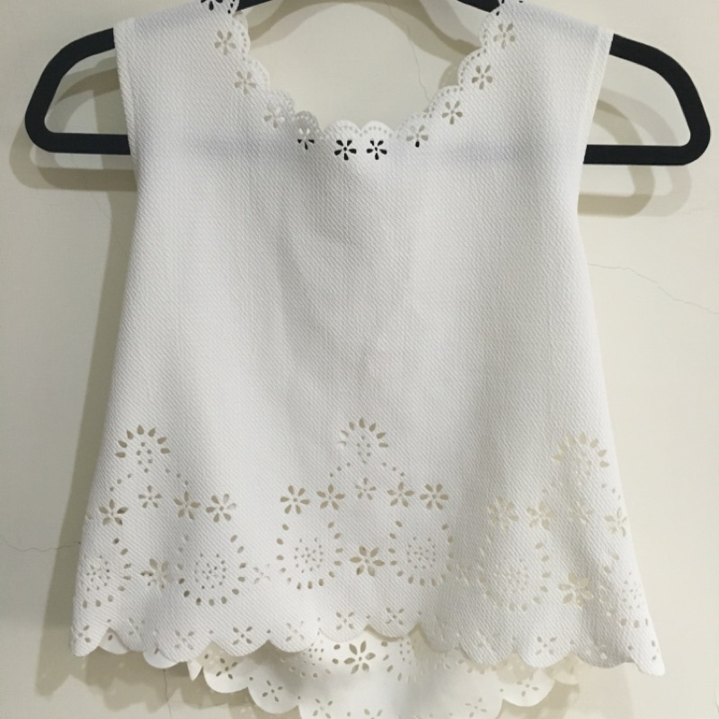 清新可愛白色簍空雕花無袖上衣