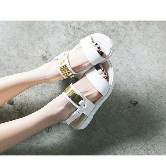 亮眼金屬片平底涼鞋(2 色)現預