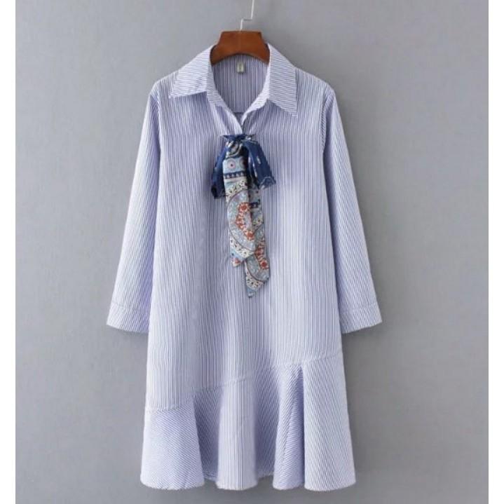 LF7371 外銷 甜美 藍白直條紋圖騰印花綁帶領巾波浪拼接裙擺翻領長袖洋裝