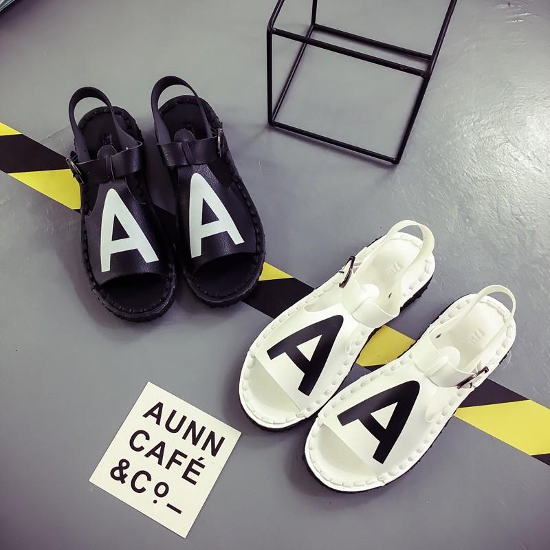 炫彩520 一字扣帶羅馬平底涼鞋女學生露趾平跟百搭女潮鞋