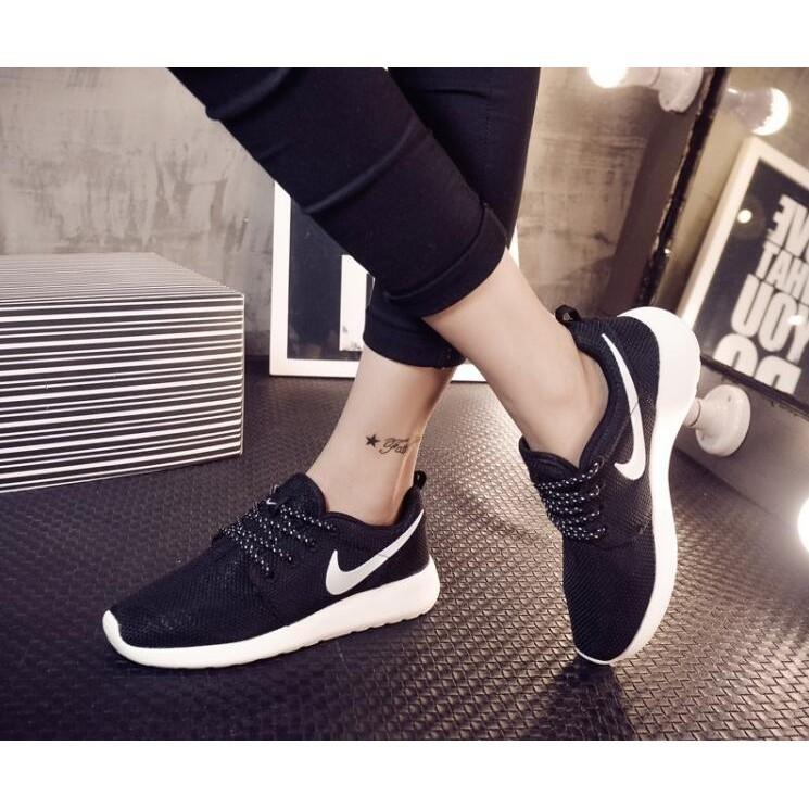 正品nike 鞋 NIKE Roshe run 超輕量慢跑鞋休閒鞋情侶鞋黑色黑底白勾百搭款