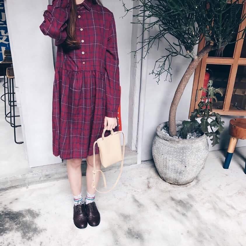 ➣nitt 紅色格紋洋裝黑色針織外套特別的縫線格子面料小寬松版型配上木扣,帶點文藝感,及膝