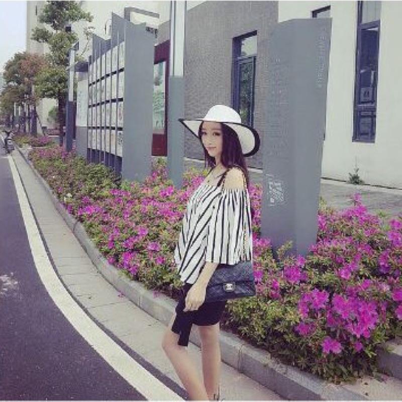 實拍!Miss 花娜~T1688  甜美寬鬆簡約黑白條紋一字領露肩吊帶雪紡衣