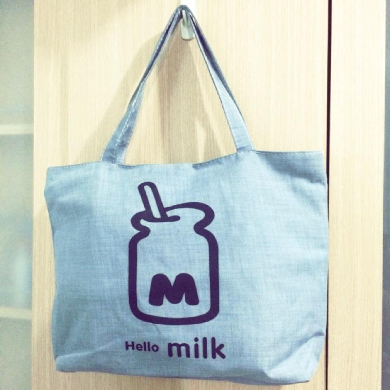側背包萬用包帆布袋百搭 繪畫風格牛奶瓶灰色milk 帆布包