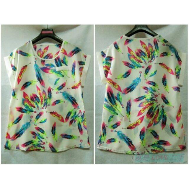 就是愛 韓國 淺米色系彩色羽毛印花假口袋雪紡紗短袖上衣罩衫T 恤針織衫