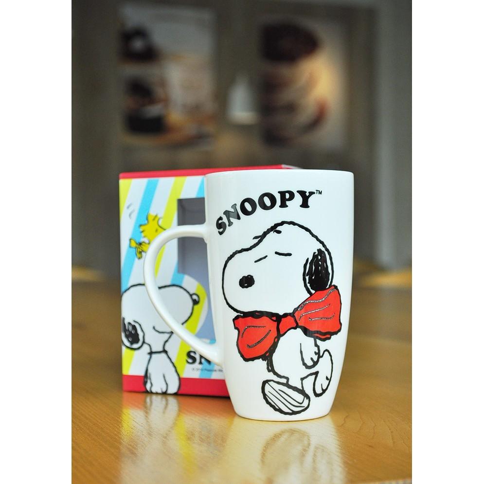 ~可愛通販~Peanuts Snoopy 史努比新骨瓷高雅馬克杯~紅蝴蝶結‧浮雕圖案~容量