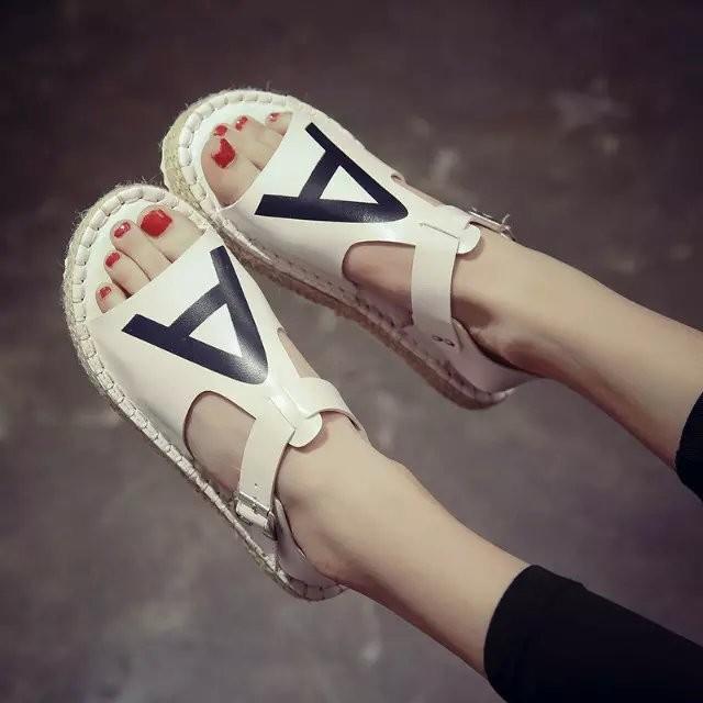 2016 英倫學院風魚嘴平底涼鞋女夏平跟露趾軟底 休閒一字扣