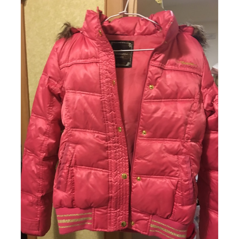桃紅色羽絨外套