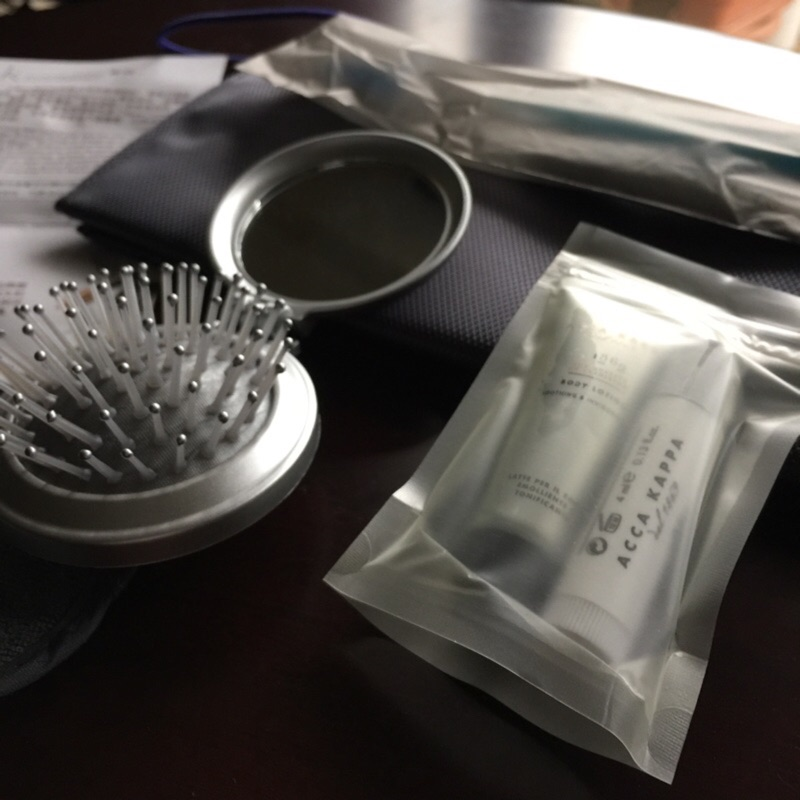 華航商務艙盥洗過夜包~寬庭~ACCA KAPPA ~護唇膏、保濕乳、梳、牙刷組、靜電刷、眼