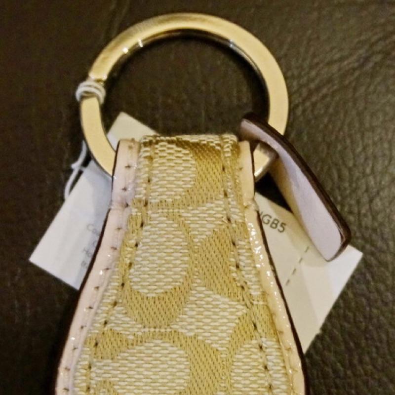 Coach 馬蹄形鑰匙圈,卡其色粉紅邊,附 紙盒