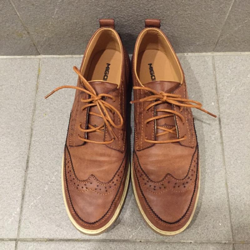 男生咖啡色牛津鞋