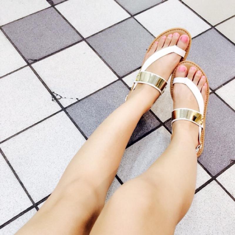 白色23 號  )簡約百搭仿金屬 素面夾腳平底涼鞋款售價299 , 150 ( )絕對物超