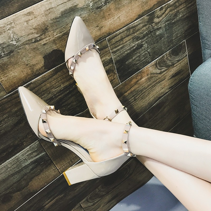 ~ 價 ~ 中空單鞋粗跟尖頭一字扣高跟鞋女漆皮鉚釘淺口百搭包頭涼鞋潮