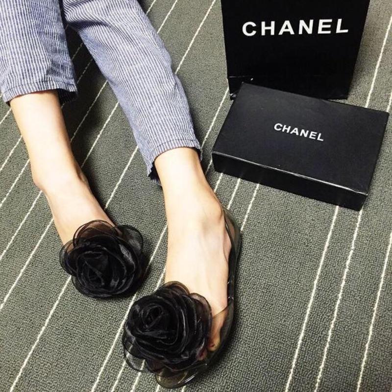 !玫瑰大花平底透明果凍鞋軟膠鞋防水雨鞋沙灘涼鞋(藍黑)