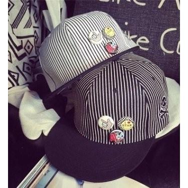 ~灰熊Q ~ 細條紋男女同款棒球帽卡通鈕扣徽章笑臉骷髏嘻哈帽潮帽 帽 軍帽保暖帽毛帽鴨舌帽