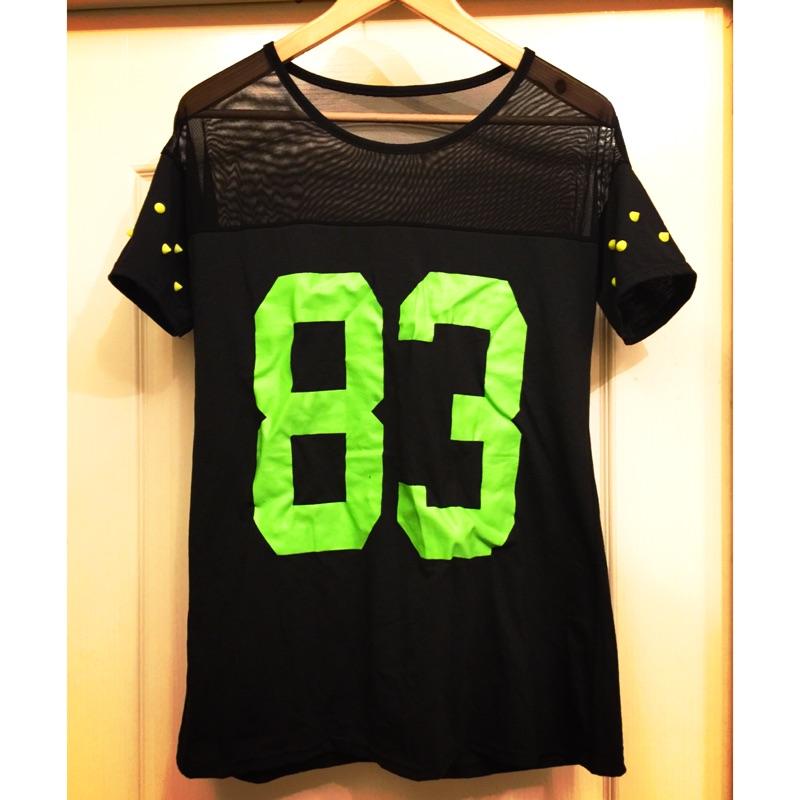 (春、夏)網紗露肩風拼接壓克力卯釘數字上衣T 恤