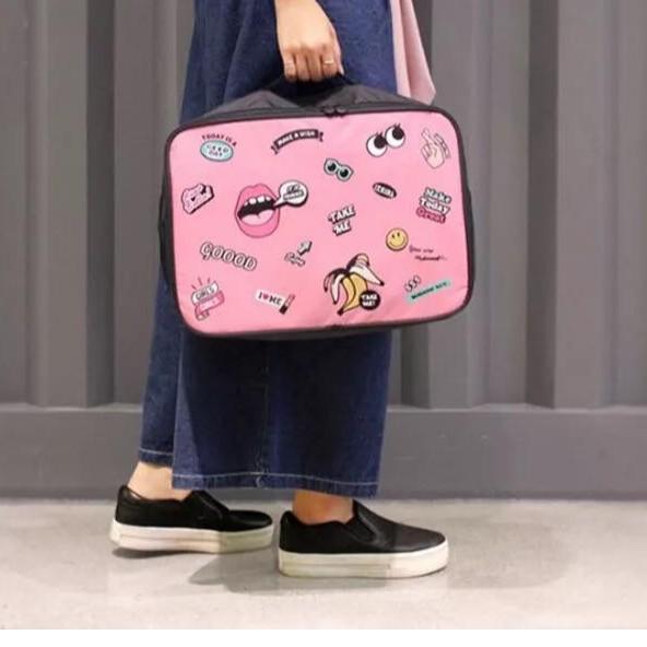 韓網同款嘴巴吐舌字母眼睛旅行包行李箱收納包兩色