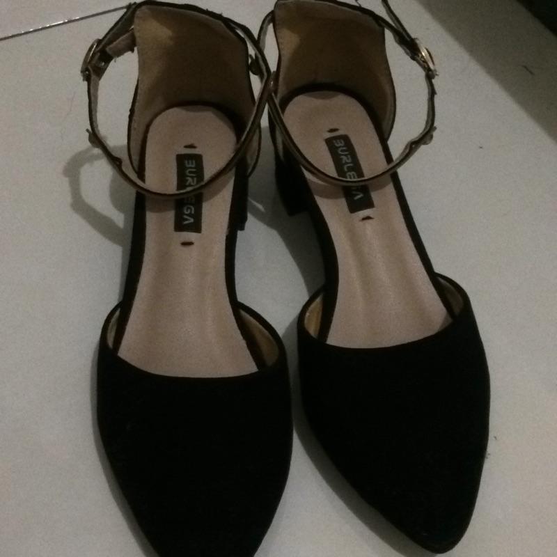 34 號黑色尖頭涼鞋