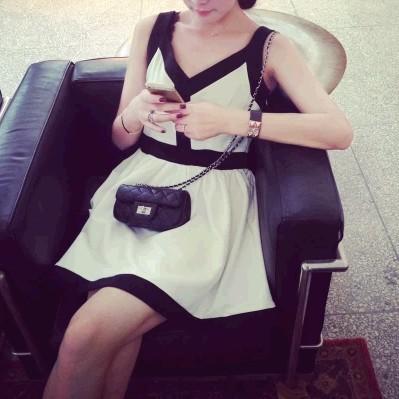 優雅V 領度假小香風黑白拼接洋裝無袖洋裝