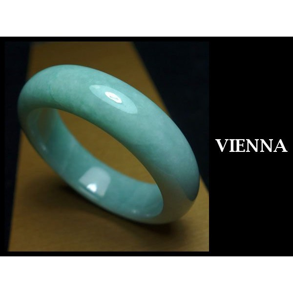 ~A 貨翡翠~~VIENNA ~~手圍17 4 17mm 版寬~緬甸玉冰種甜美豆綠玉鐲手鐲