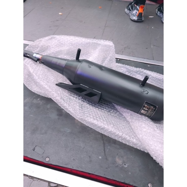 鷹村漸擴小直通排氣管,白鐵全段噴黑,雷霆S150原廠防燙蓋鎖點