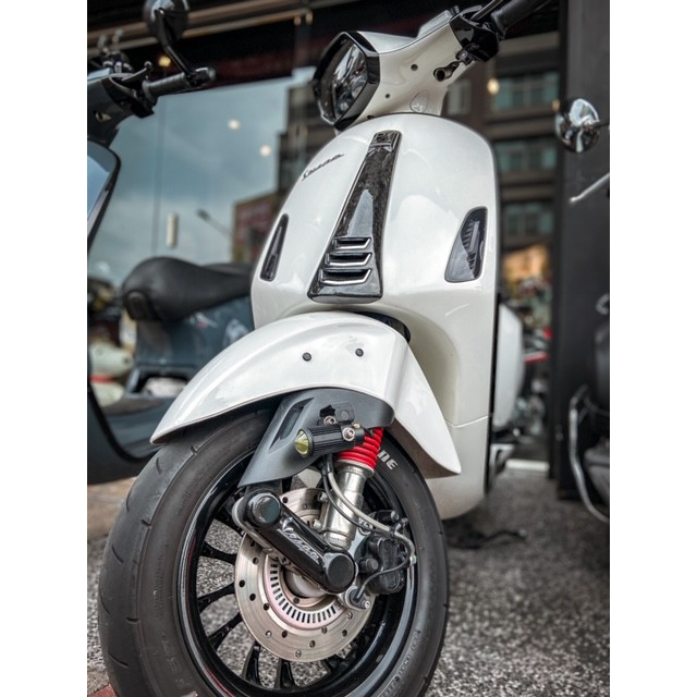 【MOTOR CLUB】Vespa前土除反光片塞 車身孔較大版本 偉士牌/春天.衝刺.GTS.LX.S.LT.LXV