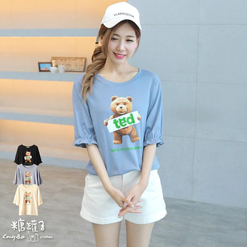 糖罐子造型熊英字印圖鬆緊袖口上衣《預購》【E58707】
