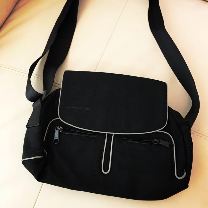 Edok隨身側背小包,NT$150。