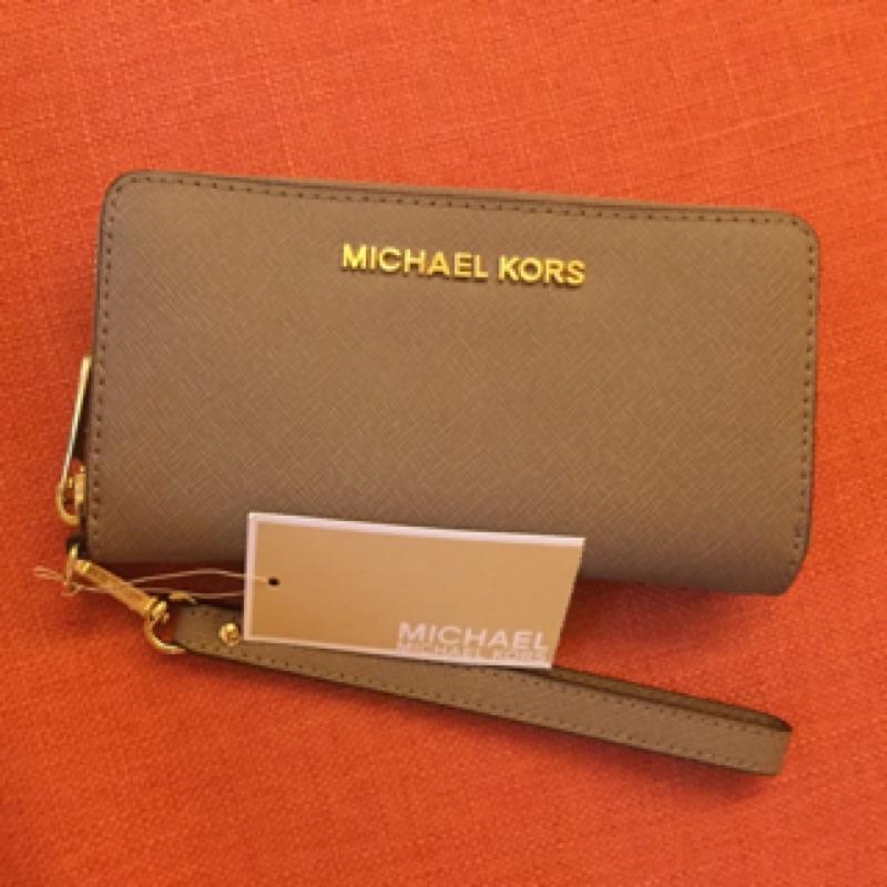 MICHAEL KORS新款防刮皮革多功能手拿式手機袋(鴕色)