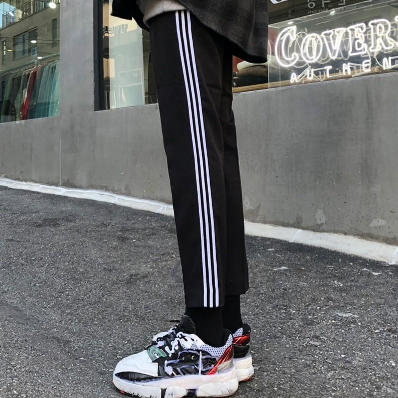 【預購商品】 韓國新款 百搭休閒褲九分褲 窄直筒 腰圍鬆緊 運動褲 最流行側邊白三線條 黑色