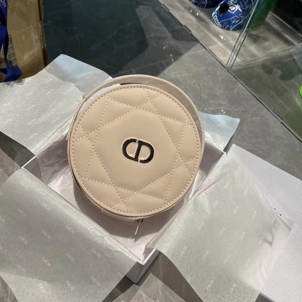 [現貨]Dior 美妝專櫃贈品 🔥爆款圓餅化妝包 內含化妝鏡  可改造成鏈條包 斜背包 尺寸約:直徑16 cm,厚度6