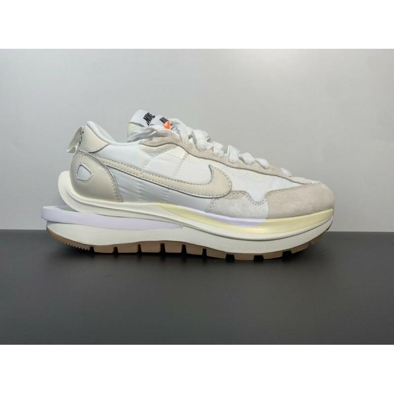 """Sacai x Nike VaporWaffle""""Sail"""" 灰白色運動鞋"""