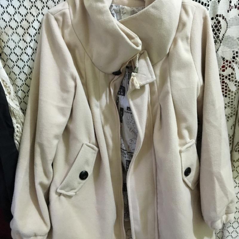 米色高領外套