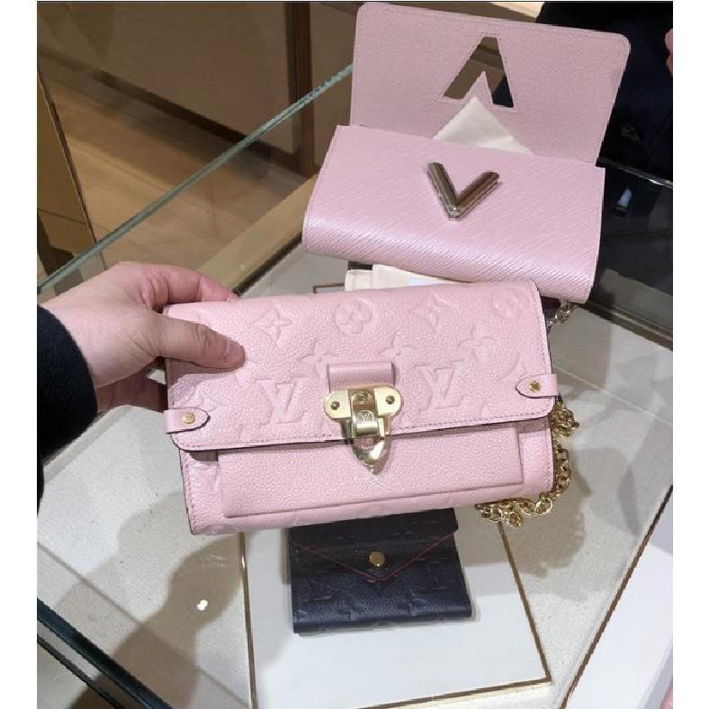 歐洲代購 LOUIS VUITTON LV 全新粉色全皮壓紋金釦金鍊翻蓋內 拉鍊 肩背包 斜背包 手拿包 M63399