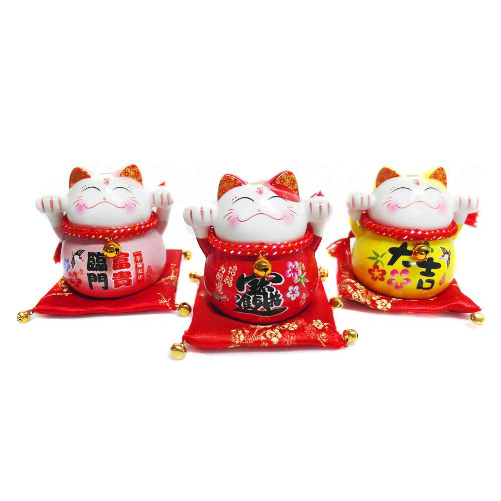 心可樂活 農曆新年春節◉開運陶瓷4吋小招財貓-存錢桶開運三色三入組-擺飾桌飾(含坐墊)