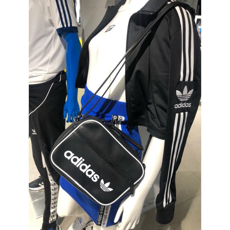Anticuado Aplicar Negociar  ⭐️YOZU ⭐️ 現貨愛迪達adidas 側背包包斜背dh1004 | 蝦皮購物
