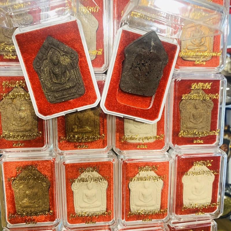 阿贊彭和其他師父一起聯合法會 乾迦納 派聖女坤平 加入這位聖女派粉末 增加牌能量 法會圓滿才出廟