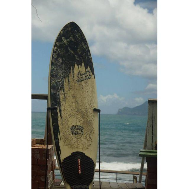 Lost 5呎6 玻璃纖維 純手工 衝浪板 白 黑 塗鴉 附止滑墊 中古 二手 狀況良好 短板