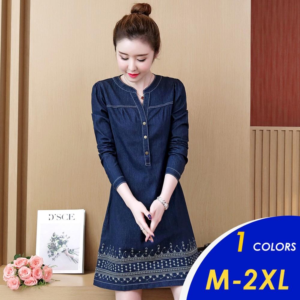 【現貨】韓系簡雅小V領氣質刺繡裙擺牛仔連身裙819 M-XL【俏可】