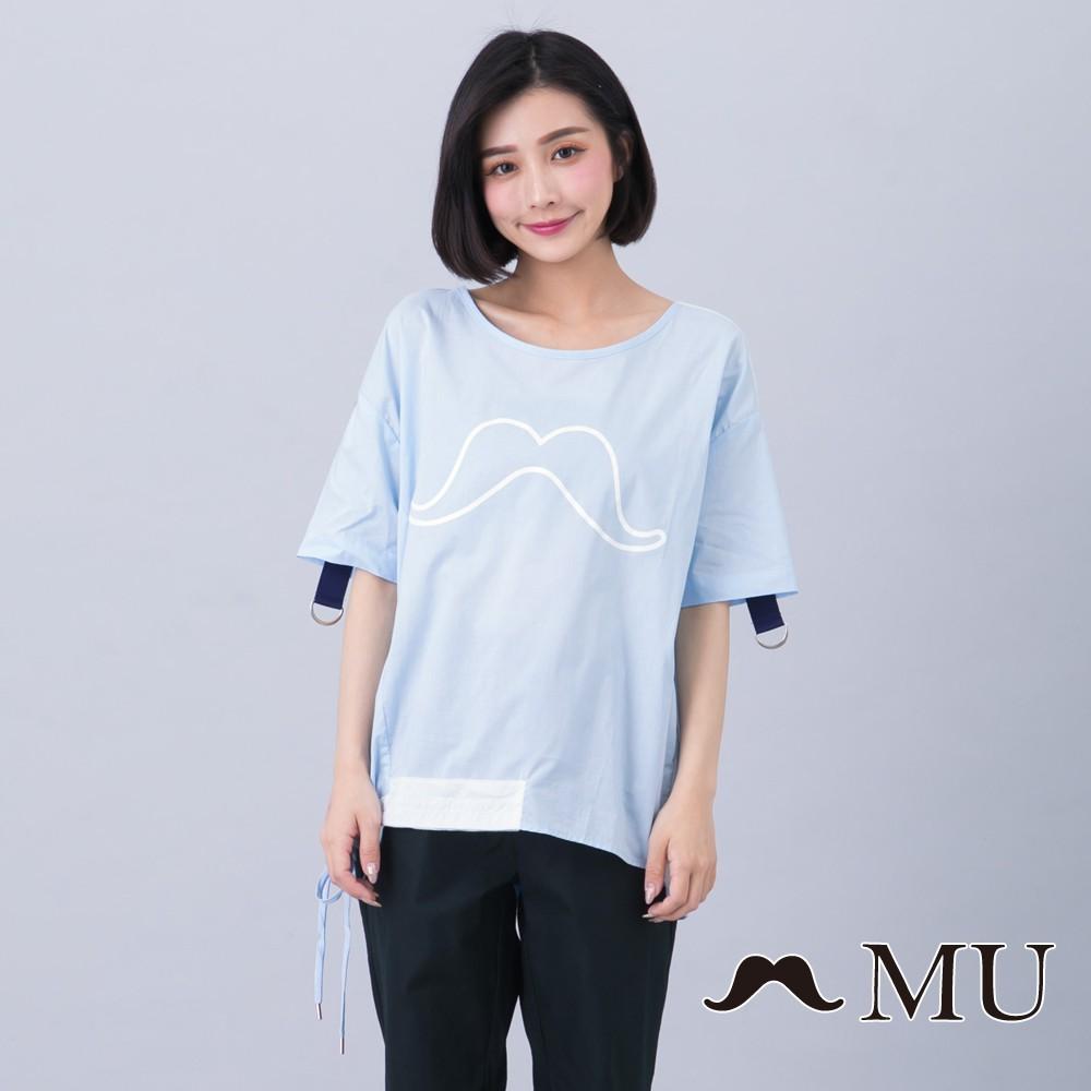 MU (93)鬍子印花袖口織帶裝飾下擺不對稱異材質拼接上衣(淺藍)