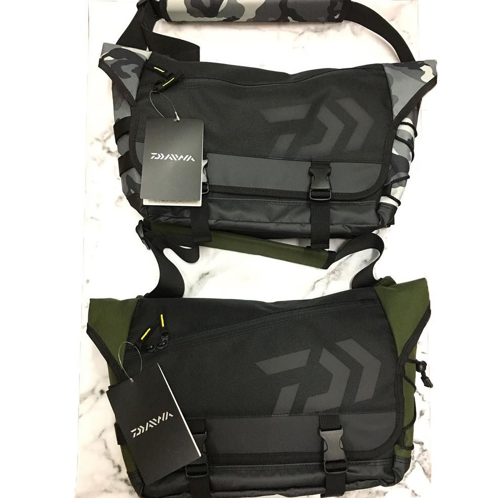 公司貨免運 DAIWA 郵差包 單肩包 手提包 側背包 工具包  約14X35X27公分 現貨 DAIWA 背包 路亞包
