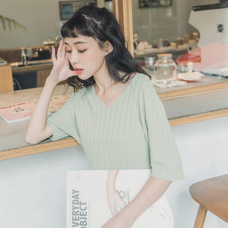 QUEENSHOP_ S 基本坑條V領短袖上衣 四色售 現+預【01012651】