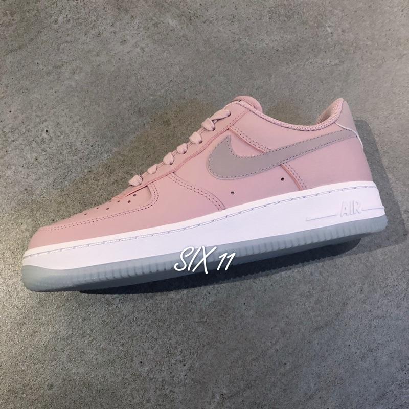 best sneakers 664cd c43f5 NIKE AIR FORCE 1 07 ESS 女鞋慢跑休閒皮革白 運動世界  AO2132-100   蝦皮購物