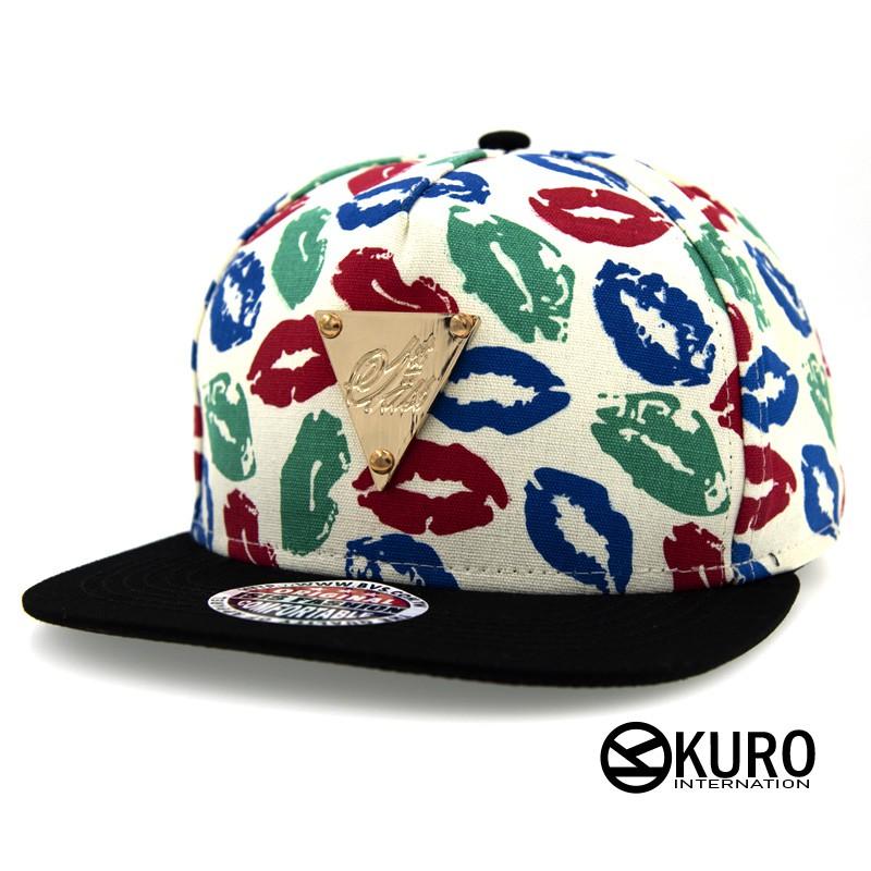 KURO-SHOP潮流新風格-米色嘴唇花色 黑帽沿 金色三角牌 棒球帽 板帽