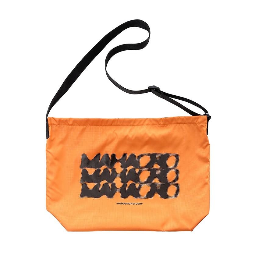 【 NIHOW 】 秋冬新品 MAHAGRID DOT LOGO造型側背包(橘)