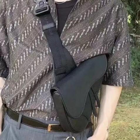 代購專櫃正品  Dior迪奧 馬鞍包男商務單肩包 DIOR精緻小牛皮時尚胸包 男商務休閒胸包 情侶款斜背包 相機包