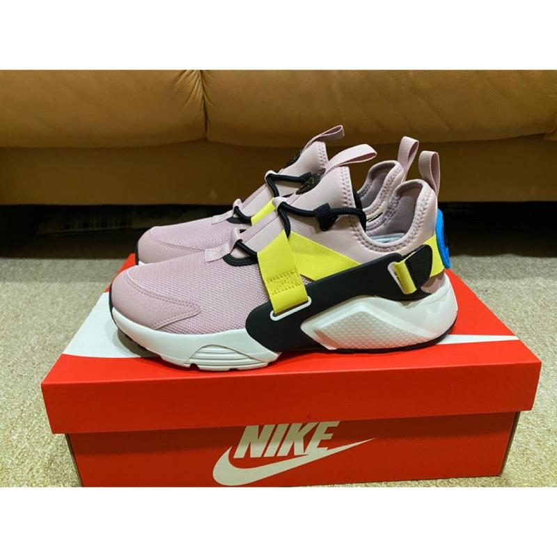 【S.M.P】NIKE AIR HUARACHE CITY LOW 粉 休閒 慢跑鞋 武士 女鞋 AH6804-500