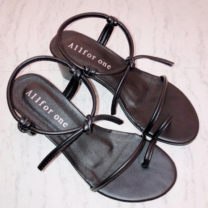 爆款百搭粗跟涼鞋 必備款式熱銷NO.1 皮革柔軟不咬腳 粗跟修飾又好走 女神們一定要擁有 版型正常 黑/白