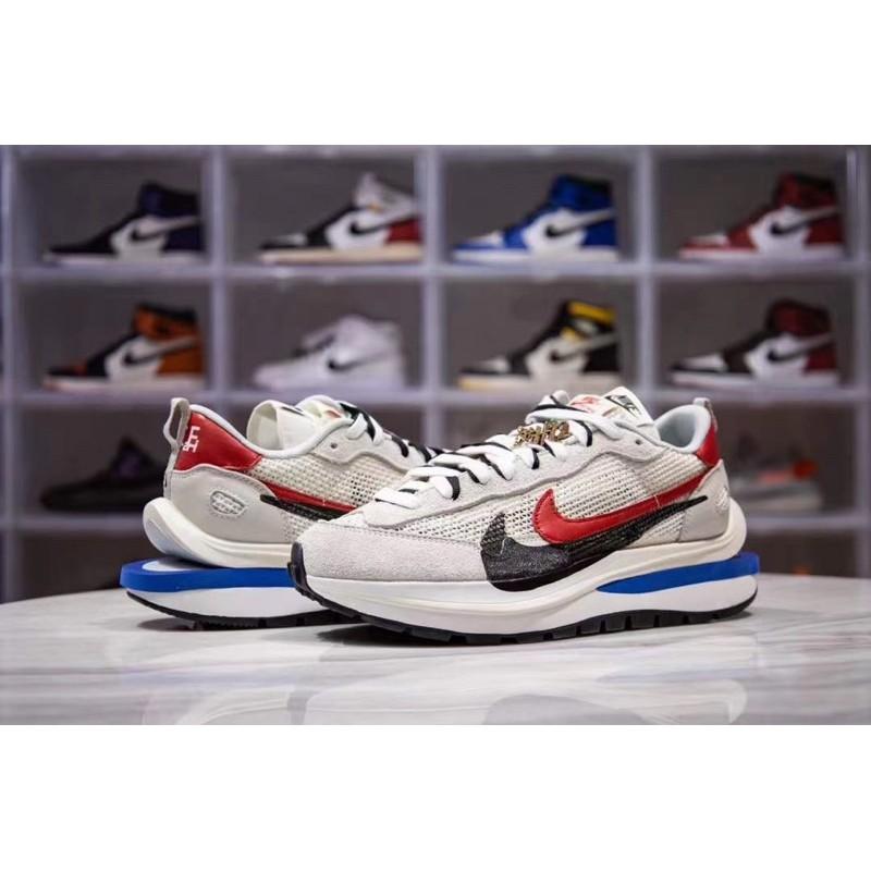 "Sacai x Nike Vaporwaffle ""Royal Fuchsia"" 灰白配色"