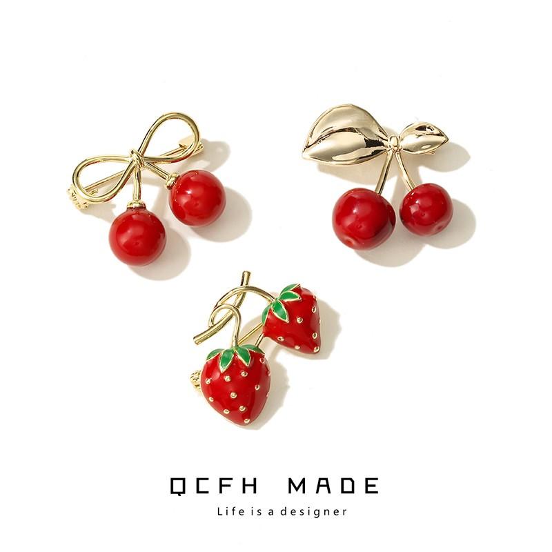 滿250出貨【韓品】可愛日系草莓櫻桃小胸針仿真水果防走光扣針別針開衫外套配飾胸花